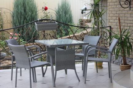 Комплект: стол разборной (1200мм.) и 4 стула с подлокотниками